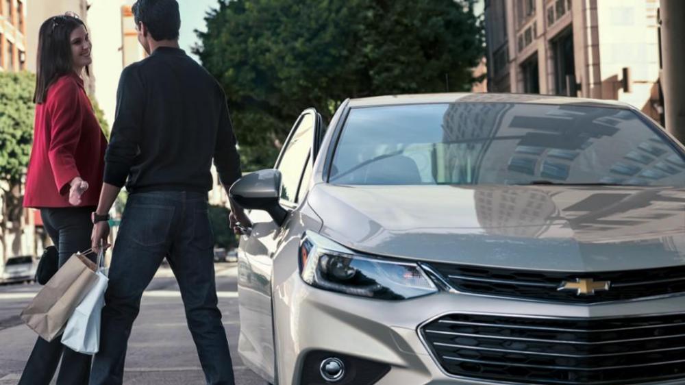 Exterior del Chevrolet Cruze color plata en camino con dos personas