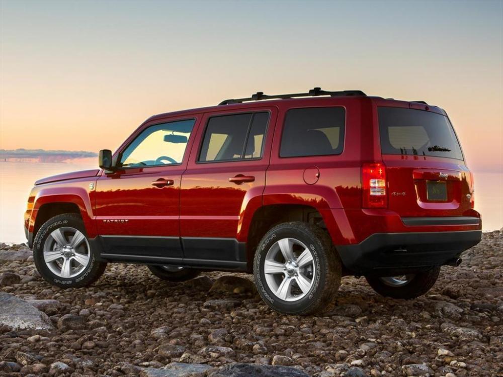 La apariencia del Jeep Patriot 2017 color rojo al lado de río