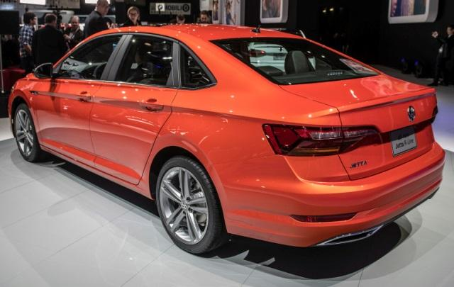 La apariencia del Volkswagen Jetta 2019 color naranja