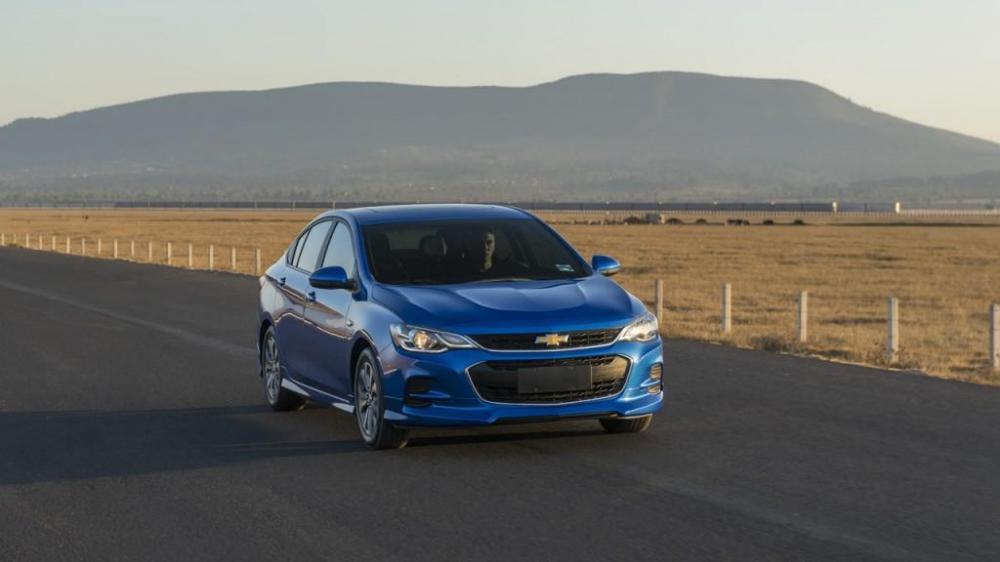 Chevrolet Cavalier 2018 color azul en la carretera al lado de un campo