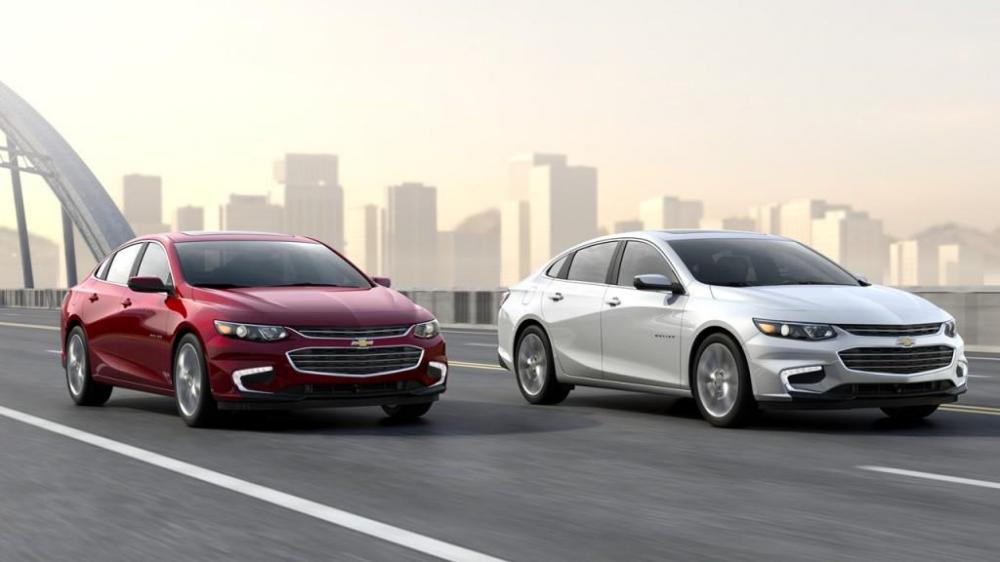 Dos nuevos Chevrolet Malibu 2018 color rojo y blanco en la carretera