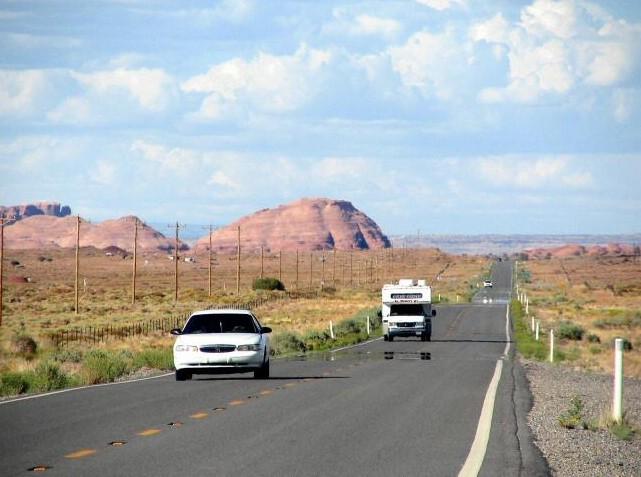 dos coches en el camino