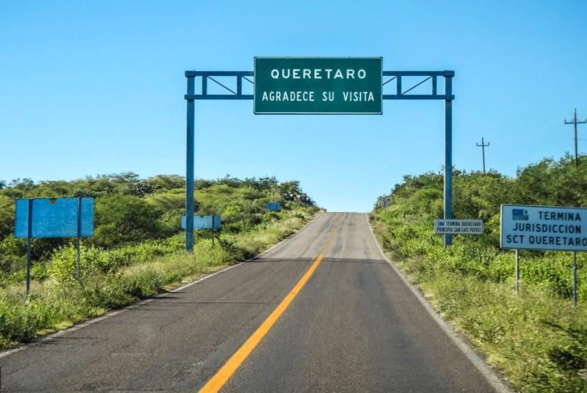 un señal de trafico en Querrato, mejores carreteras de mexico