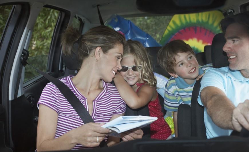 una familia en un coche viajando