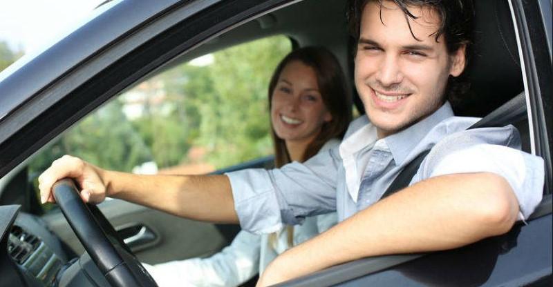 una pareja en el coche, como aprender a manejar carro