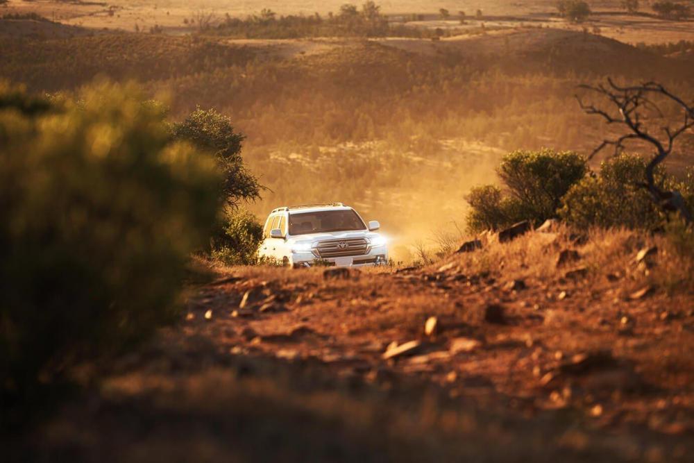 un Toyota Land Cruiser 2018 en un desierto toyota precio toyota barato