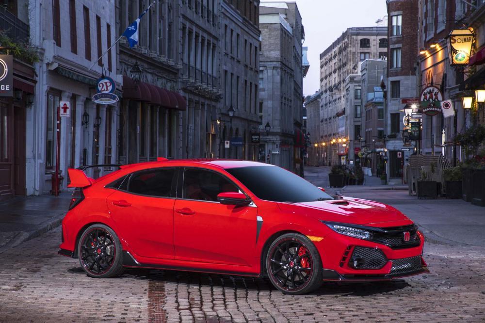 un hatchback de color rojo en una calle