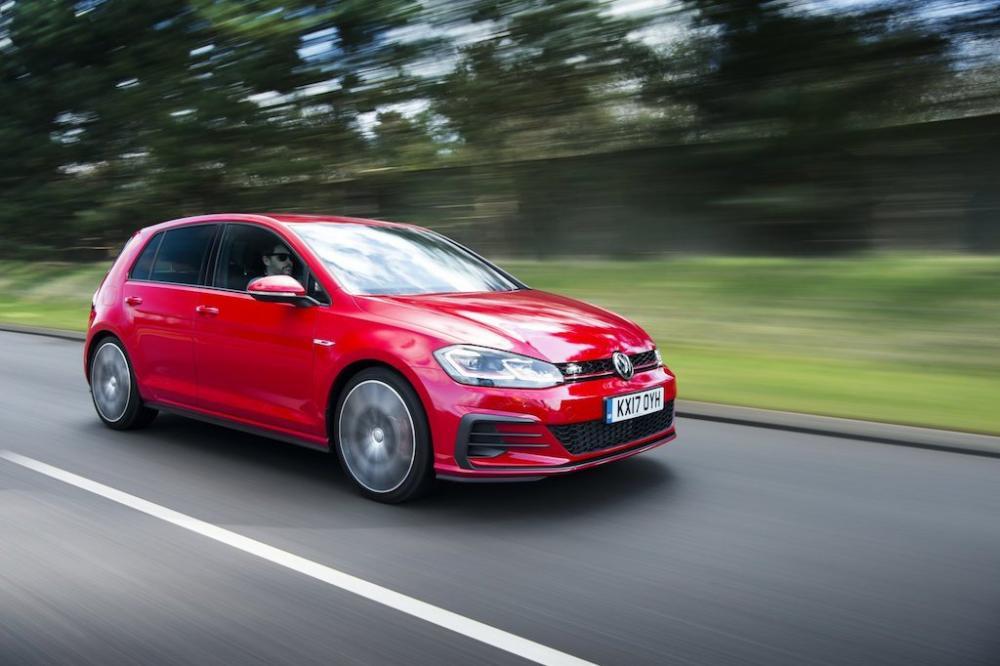 un hatchback de color rojo Volkswagen Goft GTI 2018 precio en méxico