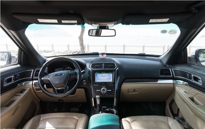 parte interior de un ford explorer 2018