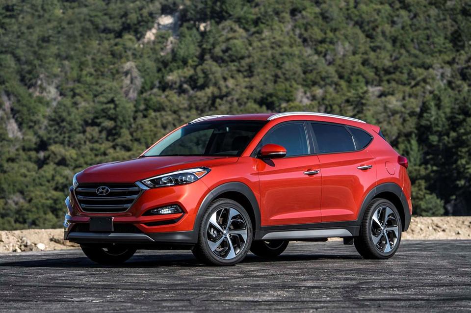un suv de color rojo Hyundai Tucson precio autos con mejor rendimiento