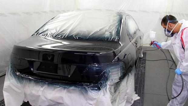 pintar coche un hombre esta pintando un coche
