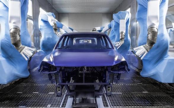 un coche esta pintado color azul mantenimiento de coches pintar coche