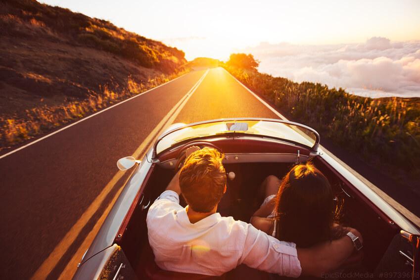 dos personas en un auto