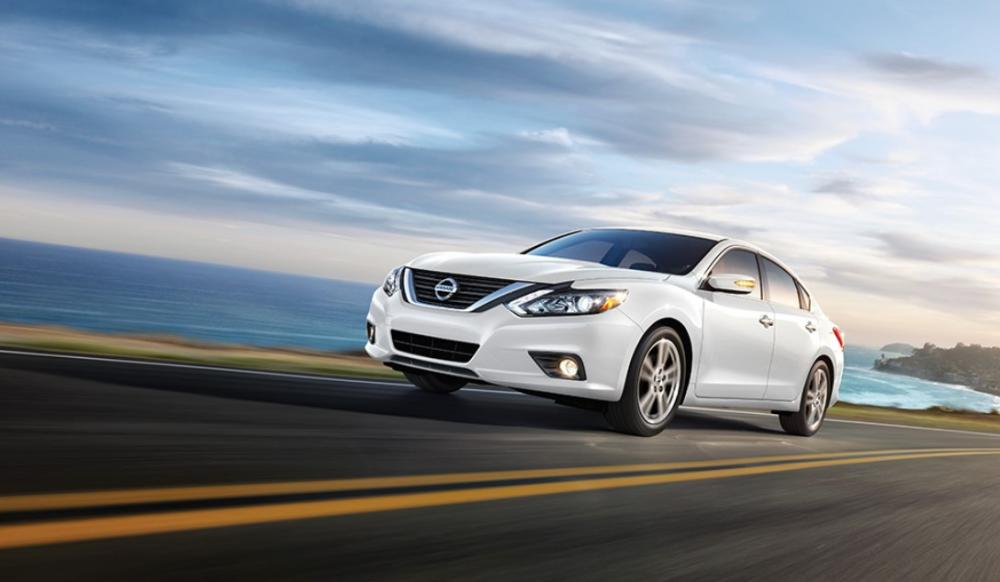 un Nissan Altima 2018 de color blanco, sedan en mexico, nissan 2018