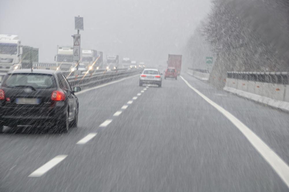 conducir bajo la lluvia en una ciudad