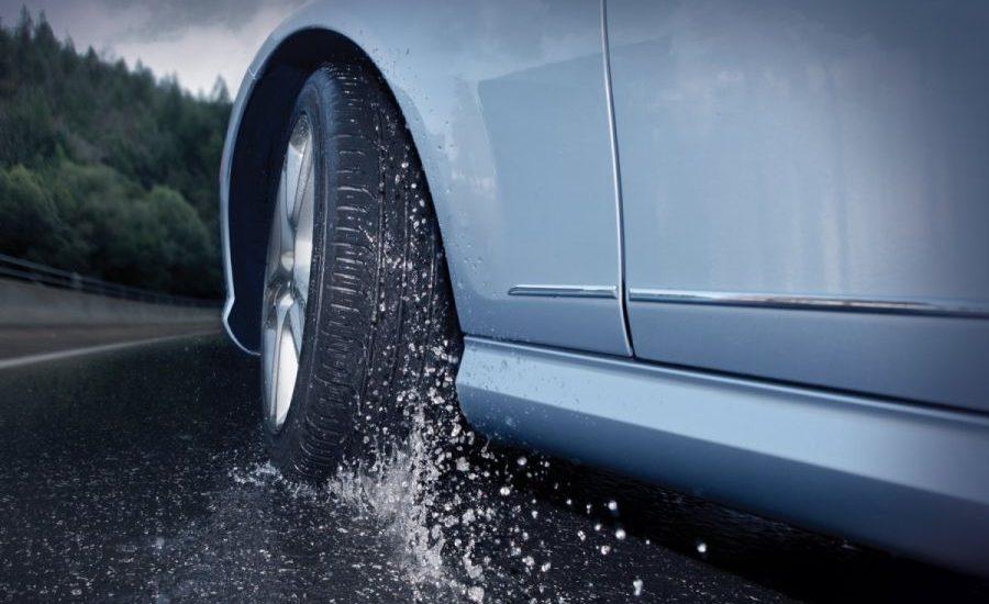 parte de un coche bajo la lluvia