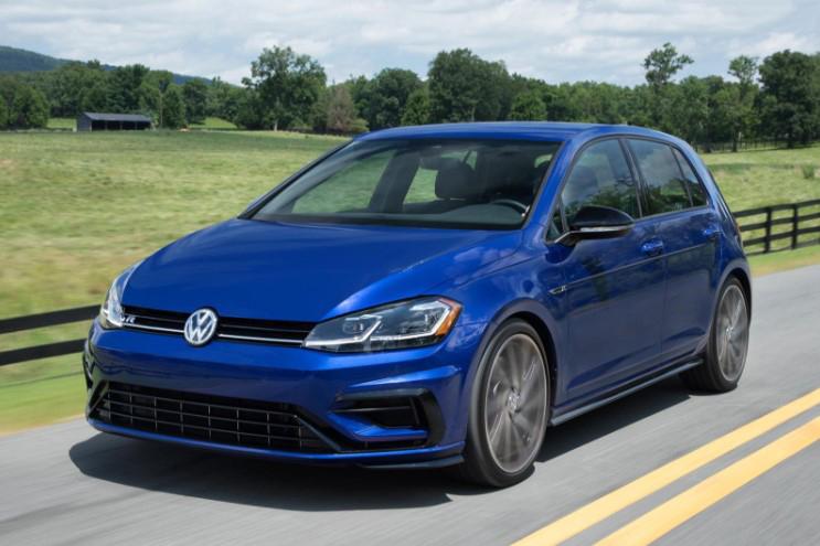 Volkswagen Golf R auto hatchback de color azul oscuro en mexico, los mejores carros deportivos