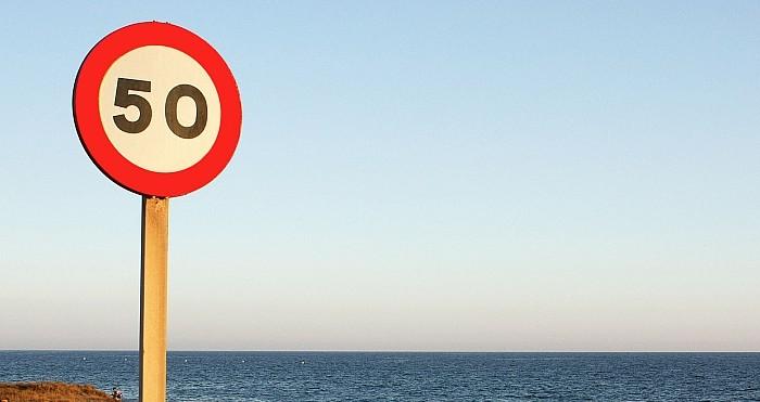 señal de tráfico, velocidad limite en la carretera