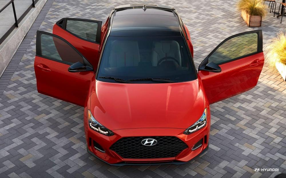 Hyundai Veloster 2019: precios y versiones en México Por su parte, la tercera puerta del nuevo Hyundai Veloster 2019 es el epítome de la forma y la función que da un acceso sigiloso al asiento trasero y un aspecto no tan sigiloso del diseño asimétrico