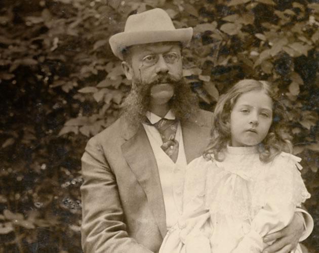 un hombre y una chica, agencia Mercedes Benz
