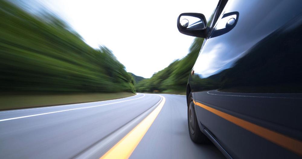 un auto en la carretera, como manejar en carretera