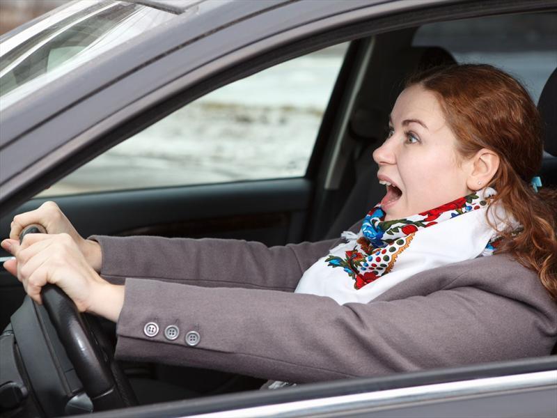 una mujer en un auto, como manejar en carretera