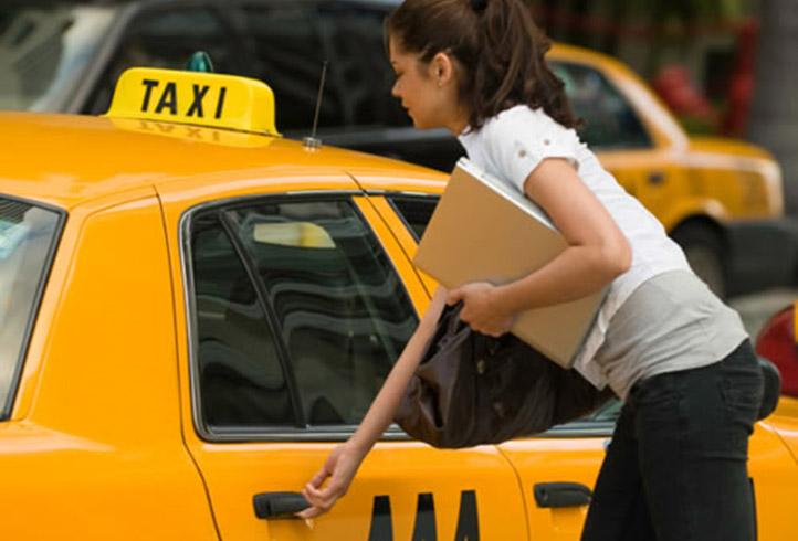 Una chica en un taxi de color amarillo