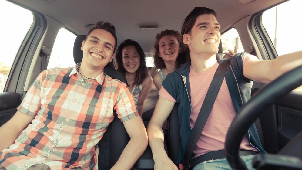 Cuatro personas en un coche
