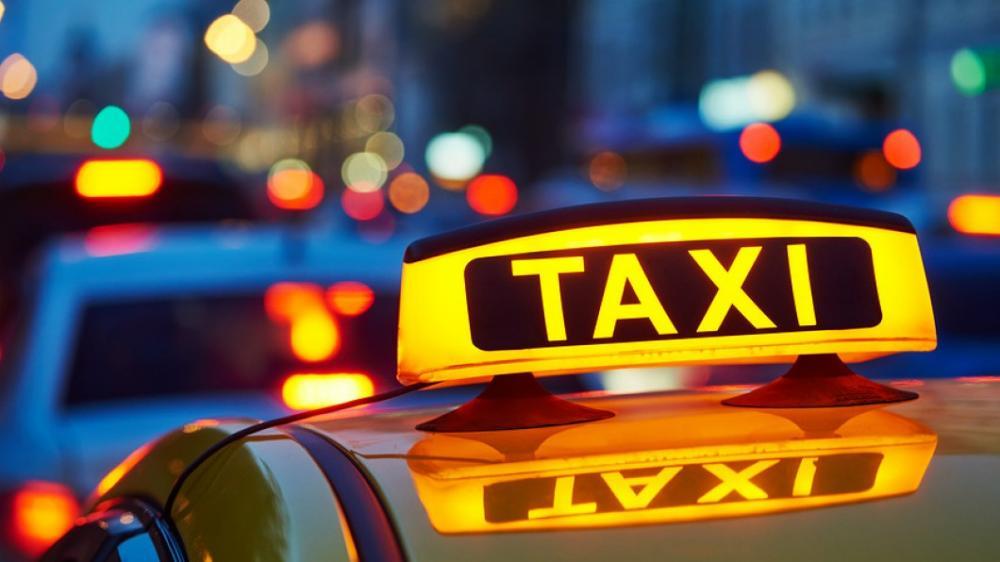 Taxi de color amarillo