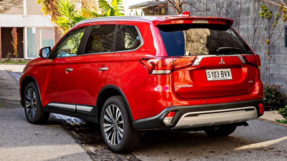 Mitsubishi Outlander 2019 de color rojo vista trasera