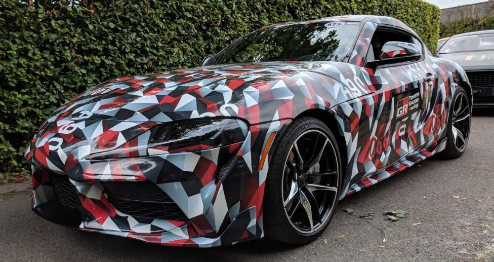 Toyota Supra 2020 con dibujos