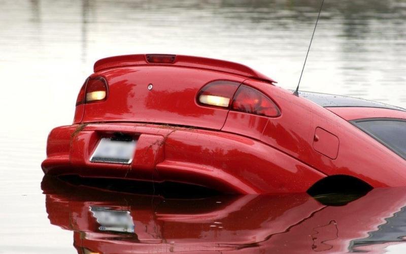 ¿Que hacer si un auto cae al agua?