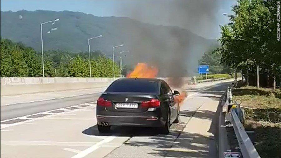 Un auto BMW en llamas en el vídeo grabado por Jeong Deok-ki, quien decía ser el propietario de un BMW 520D