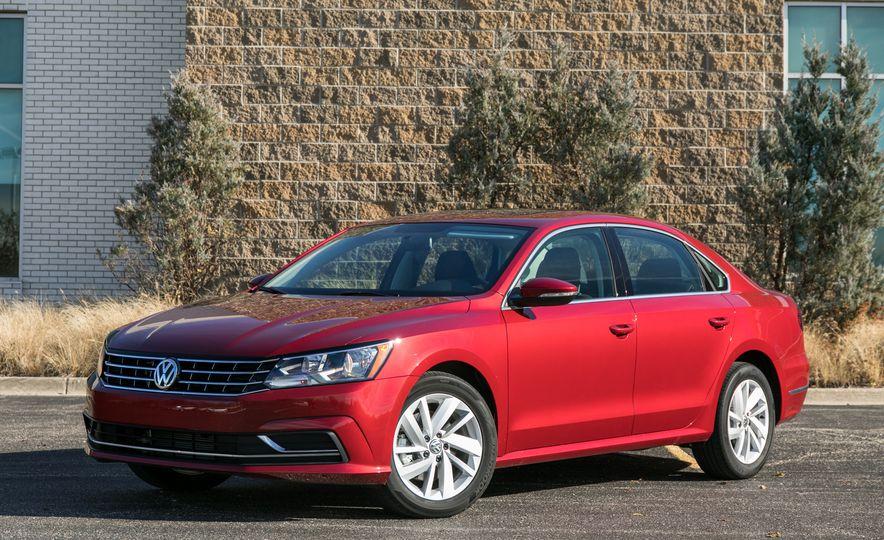 La versión denominada Volkswagen Passat 2018 GTE es de sistema motriz completamente híbrido enchufable