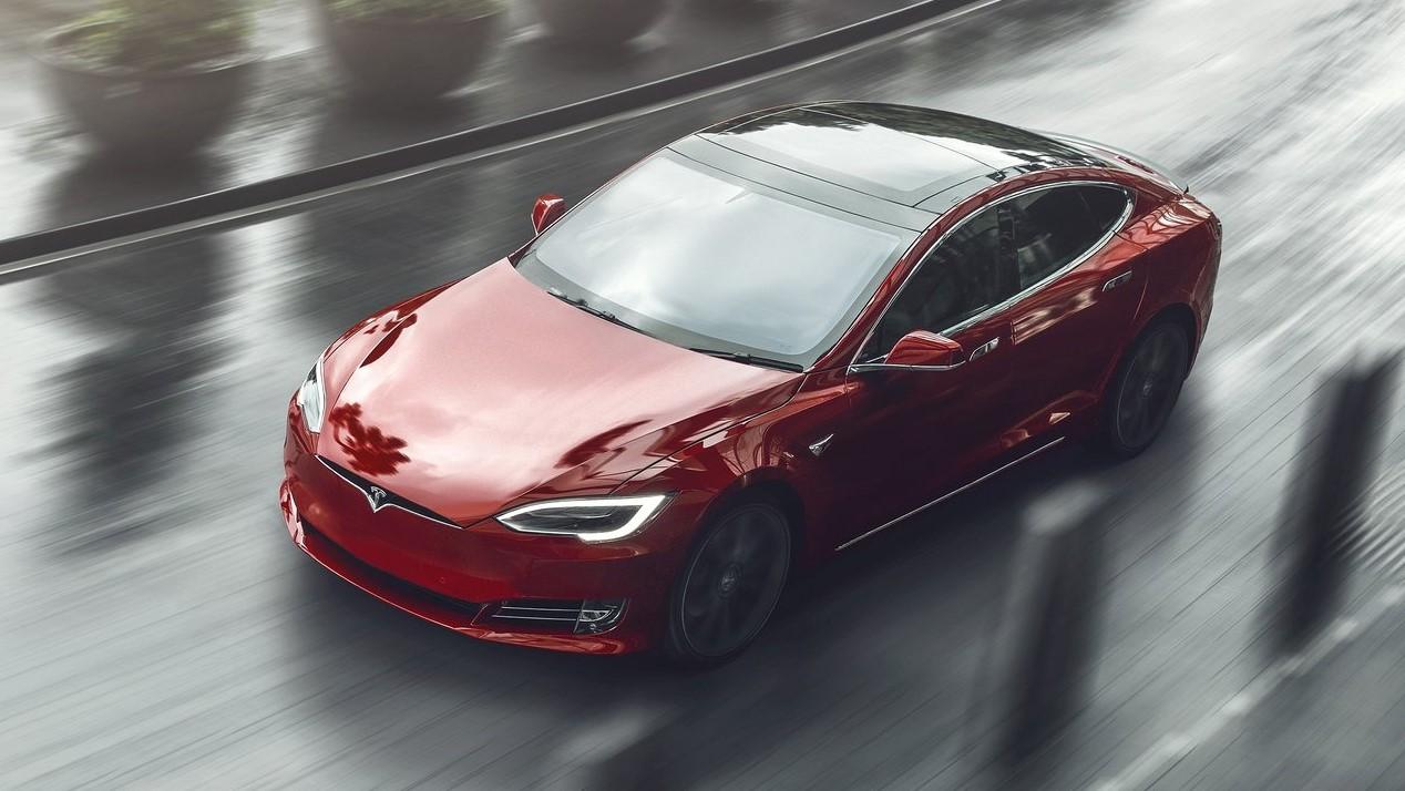 Tesla Model S rojo