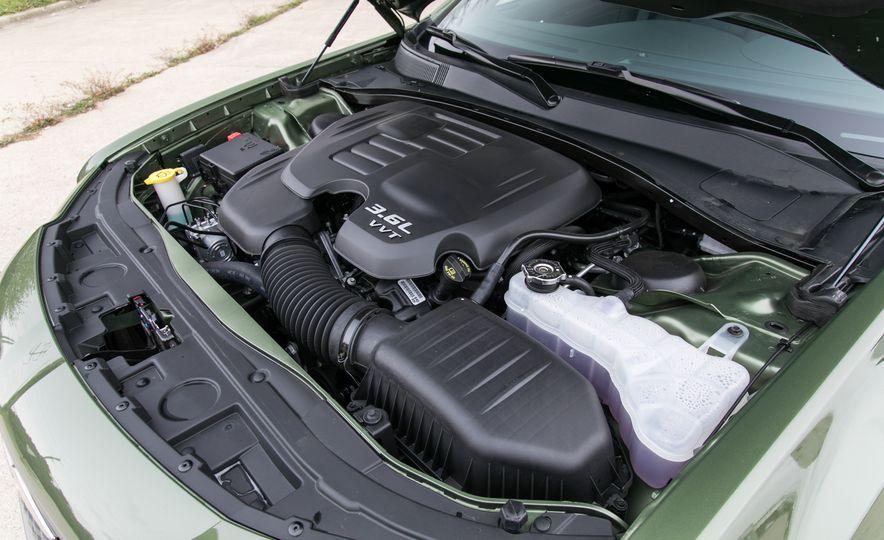 Chrysler 300 2018: precios y versiones en México Chrysler 300 precio modelo 2018 en el mercado mexicano ofrece dos opciones de motor