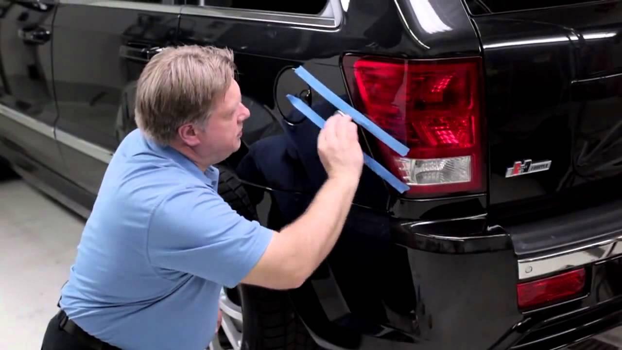 Como quitar rayones del carro, un hombre con su auto