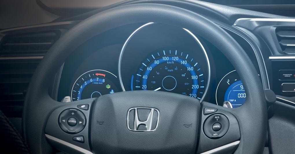 Incluye una pantalla multi información que muestra datos de manejo como consumo de combustible, velocidad y computadora de viaje.