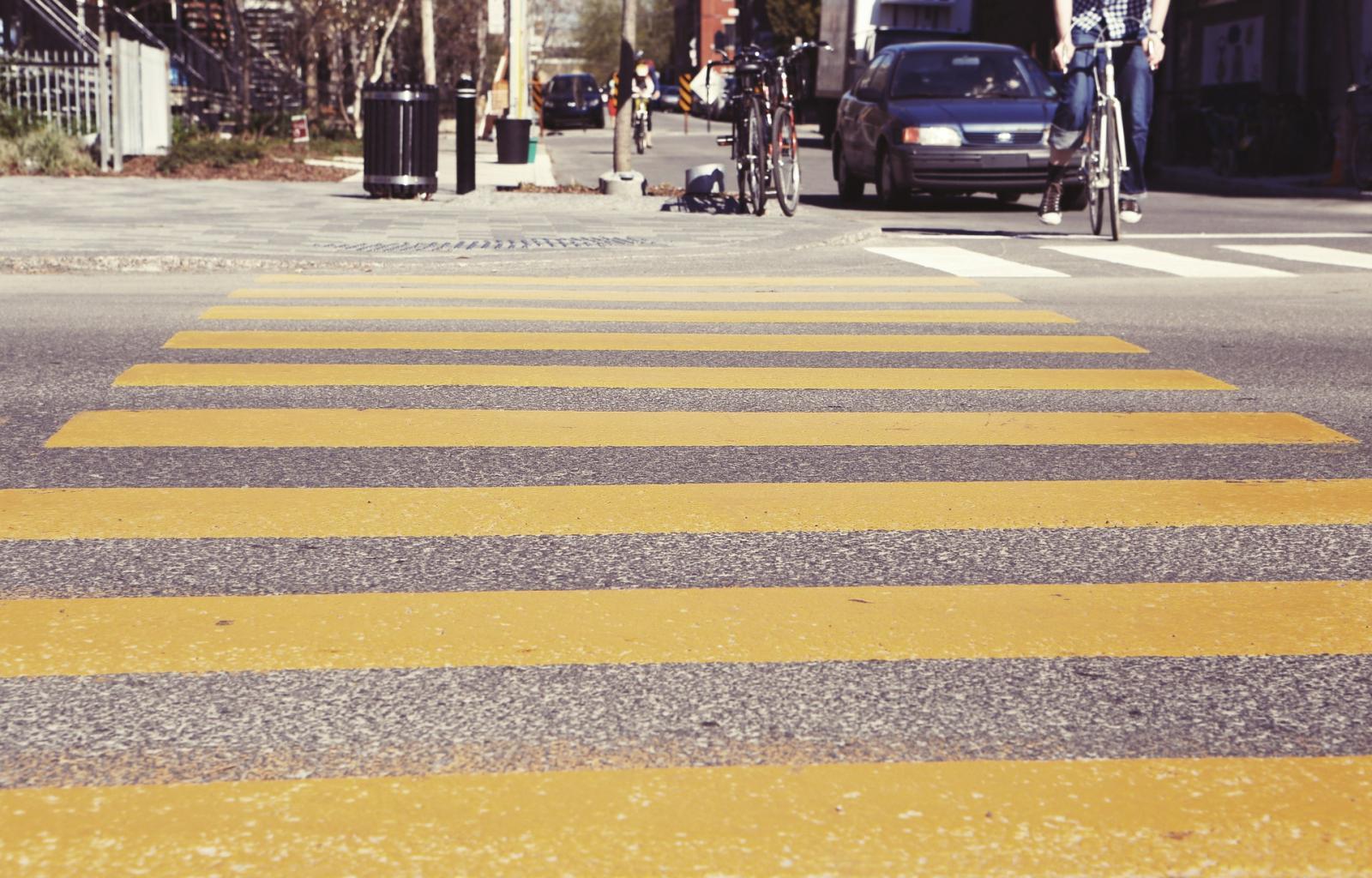 Reglas del ciclismo: Respeta las líneas peatonales.