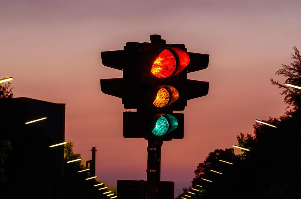 Semáforo entre cruces viales