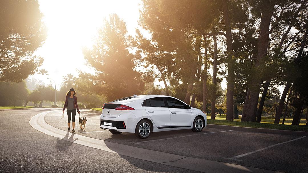 Autos mas economicos en combustible Hyundai Ioniq color blanco