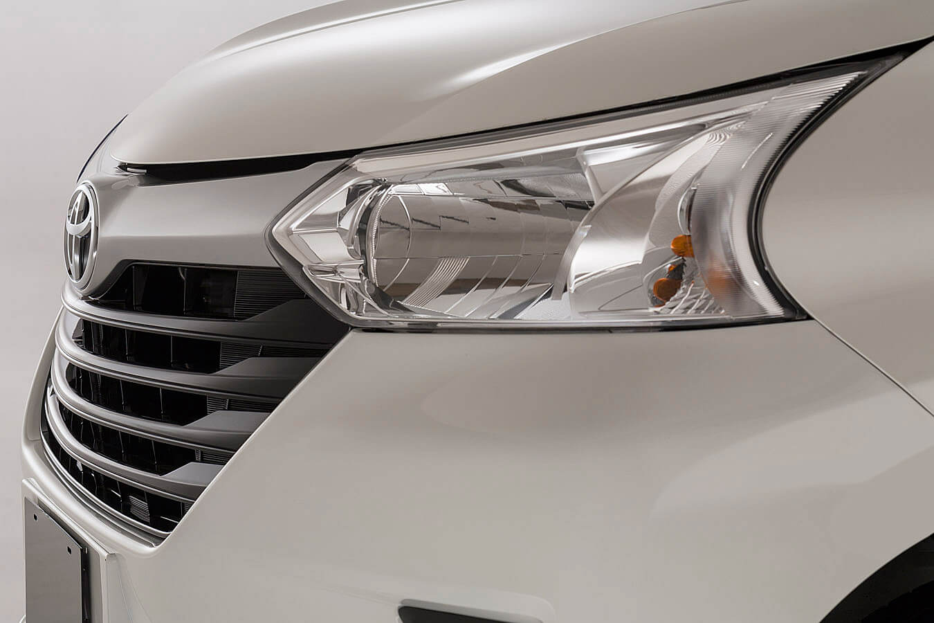Exterior y faros de la Toyota Avanza 2018
