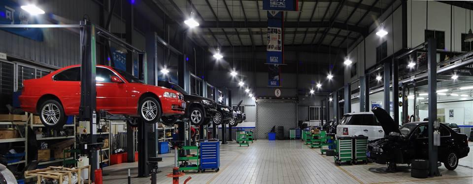 Un taller de autos con muchos autos