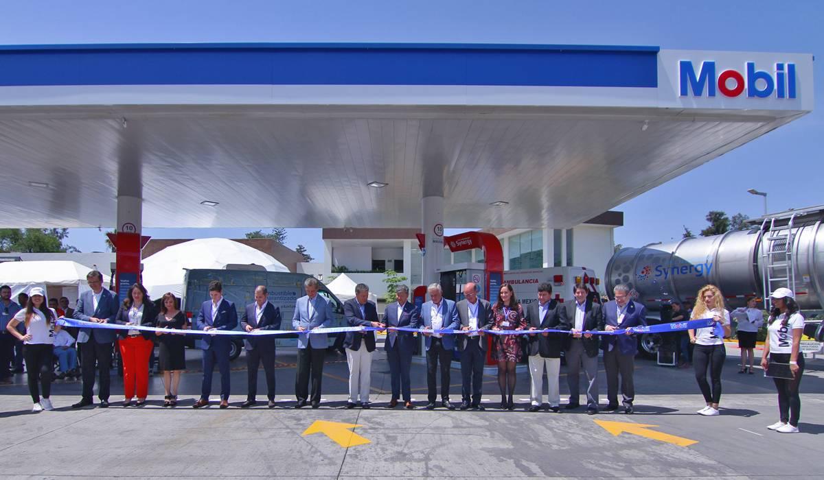 Inaugurando una nueva estación Mobil