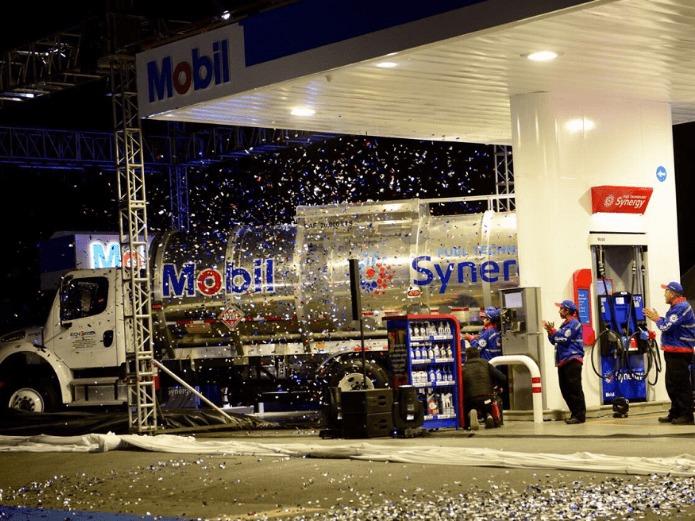 Pipa de combustible inaugurando la estación Mobil