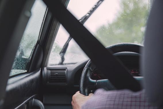 Un hombre conduciendo