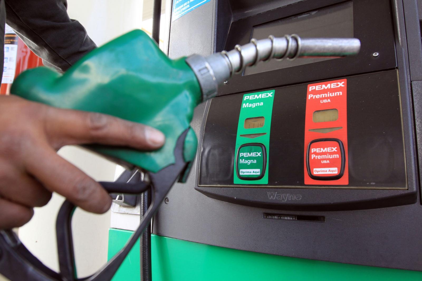 Cargando gasolina en una gasolinera