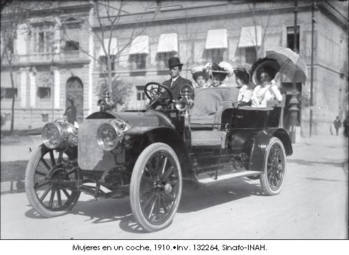 muejeres en un coche 1910
