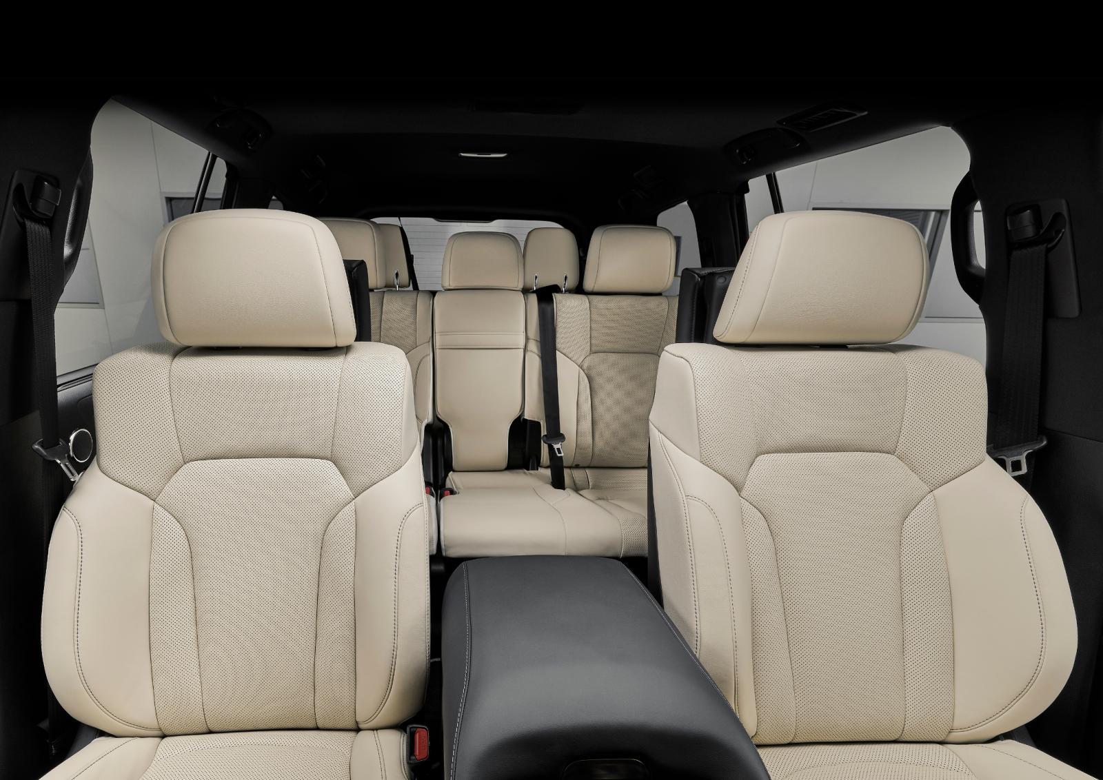 El interior hace un fuerte contraste con el exterior gracias a la tapicería en colores claros, dándole un estilo muy sofisticado