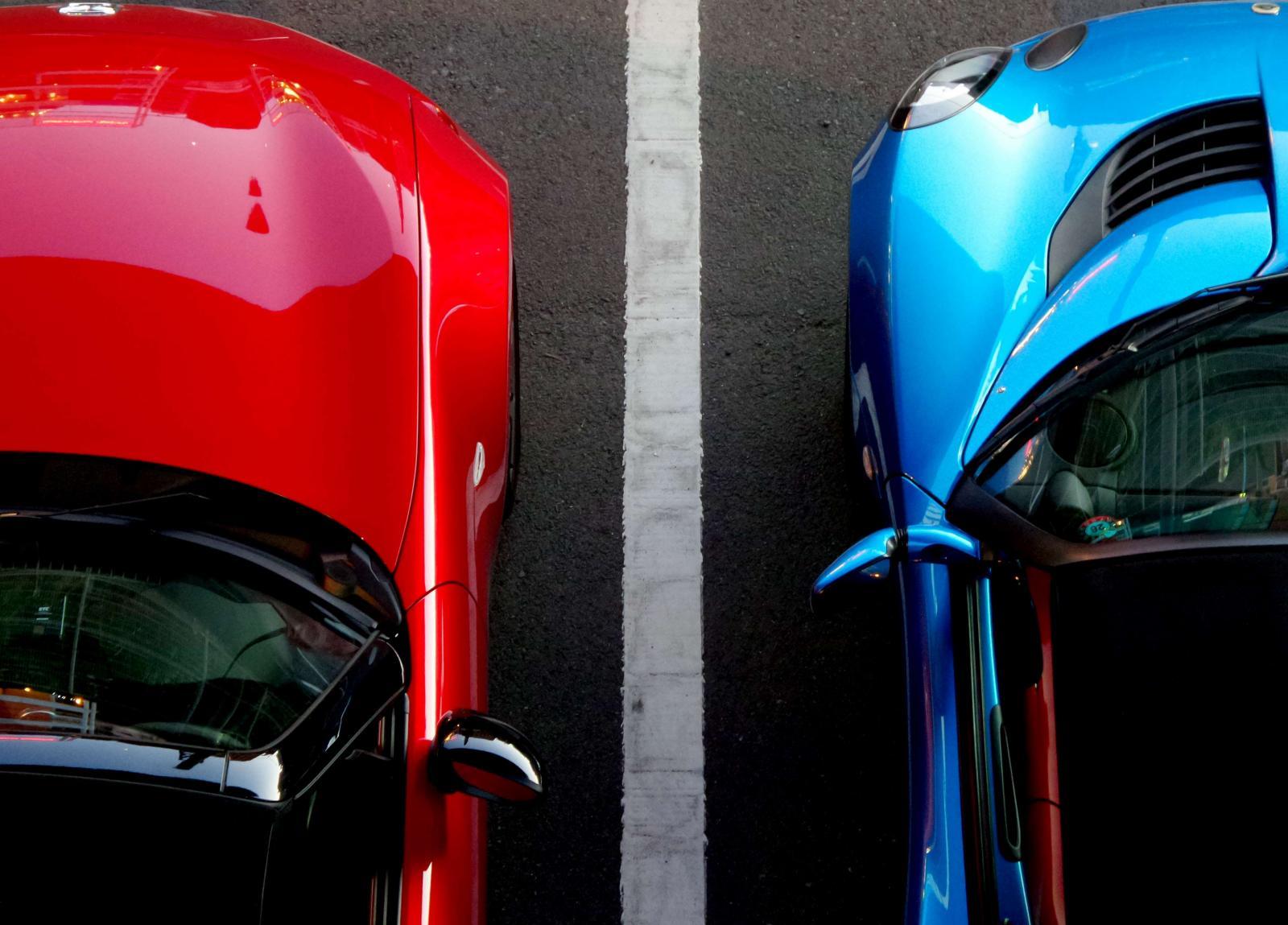 Baterias para autos electricos de color rojo y azul